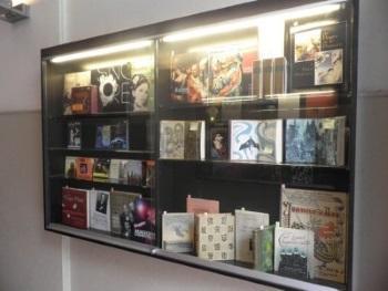 Hors Série | Vitrine aan de buitenwand van de winkel